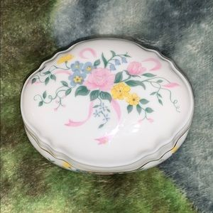 Porcelain jewelry box, heritage house